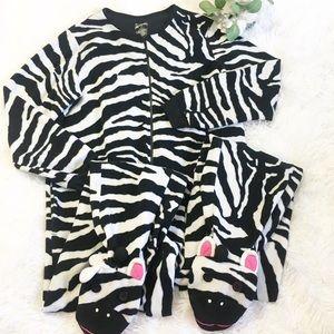 Nick & Nora giraffe zip up onesie footie pajamas S
